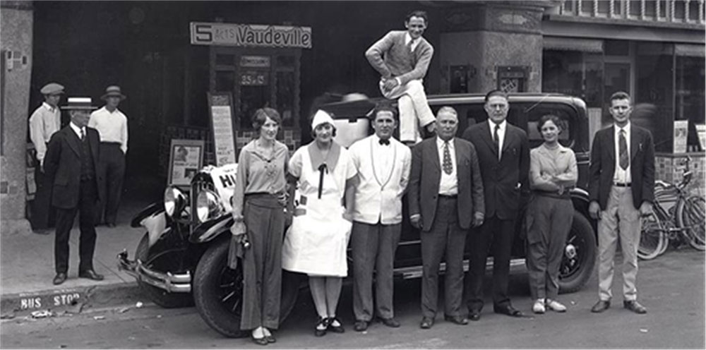 Historical black / white photo of group of people